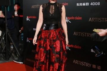 巩俐称雄女王气质黑色无袖上衣配赤色印花半身裙典雅大气